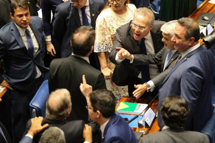 Renan vocifera e gesticula contra o desafeto Tasso Jereissati (de costas) durante sessão plenária que escolheu o novo presidente do Senado