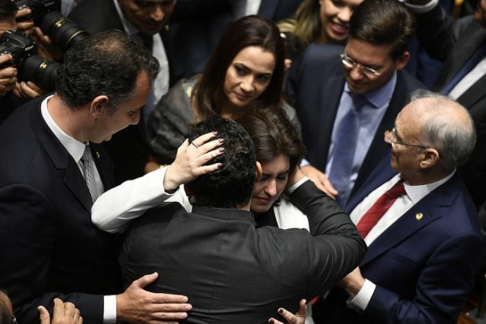 Simone e Davi se abraçam em plenário e selam inusitada parceria anti-Renan