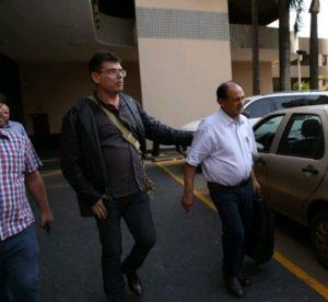 Deputado Zé Teixeira sendo levado preso pela polícia, durante a operação Vostok