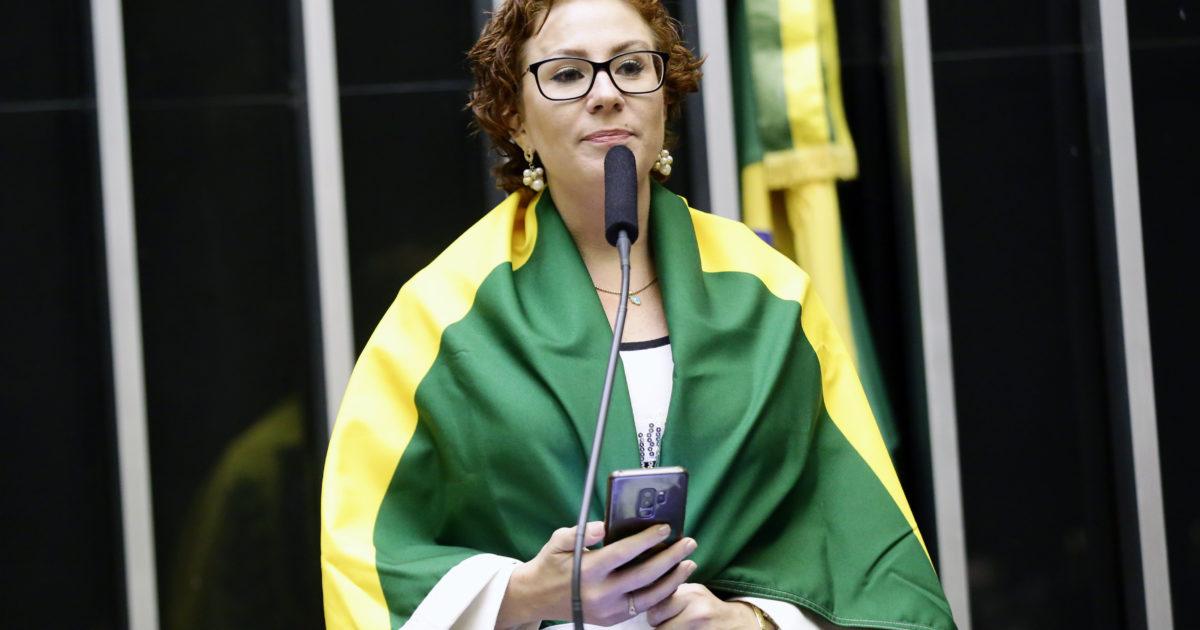Zambelli divulga celulares de deputados para pedir impeachment em SC