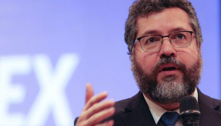 Contra Ernesto Araújo, senadores querem cancelar sabatina com embaixadores