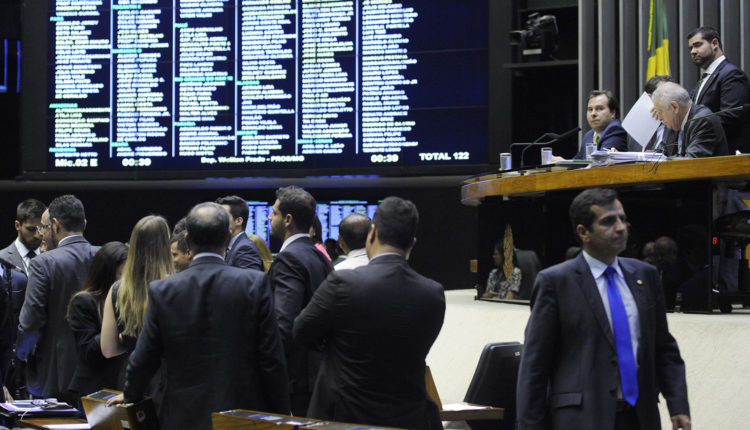 Centrão e prefeitos criam impasse na Câmara sobre data de eleições ...