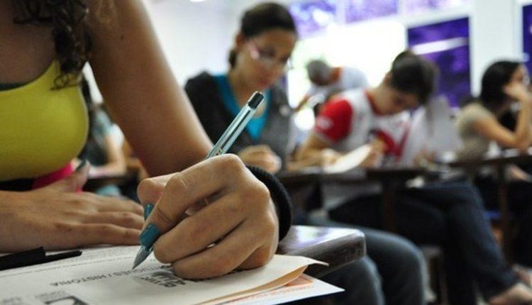 Fies é destinado a estudantes que têm dificuldade de pagar mensalidade em faculdades privadas