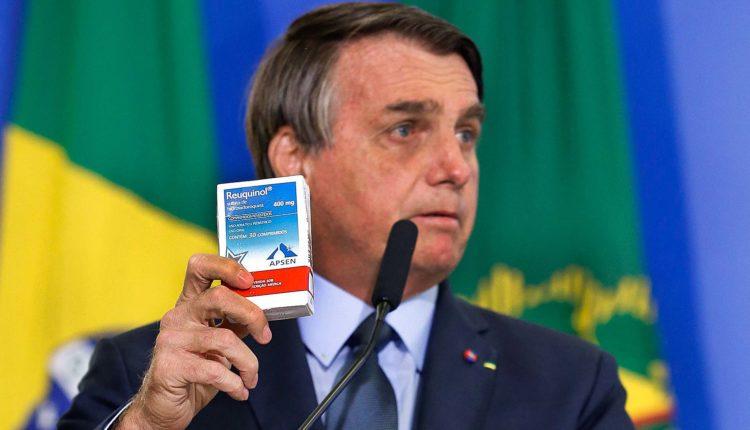 Bolsonaro mostra uma caixinha de Hidroxicloroquina, símbolo do tratamento precoce, durante a posse do ministro da Saúde. Tratamento ineficaz conta com propaganda governamental [fotografo]Carolina Antunes/PR[/fotografo]