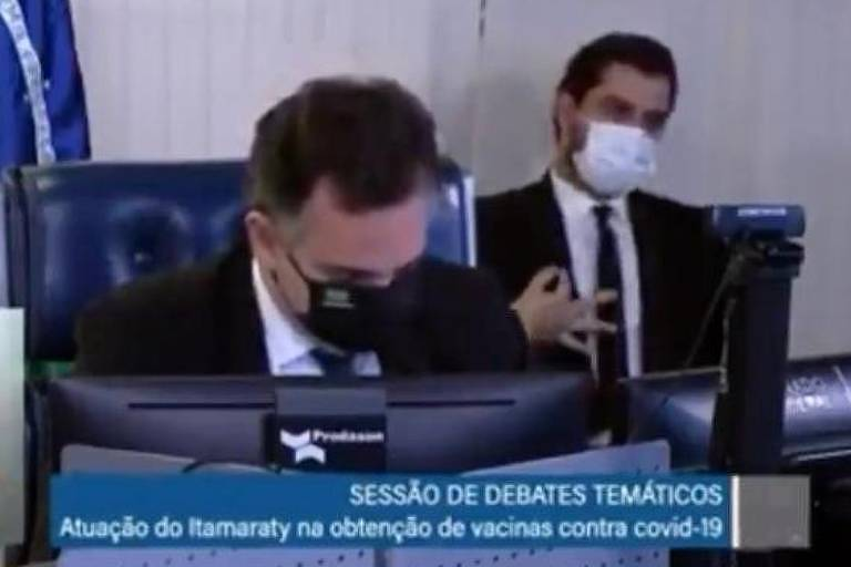 Filipe Martins, assessor de Bolsonaro, ao fundo: cena supremacista captada pela TV Senado causou revolta [fotografo]TV Senado[/fotografo]