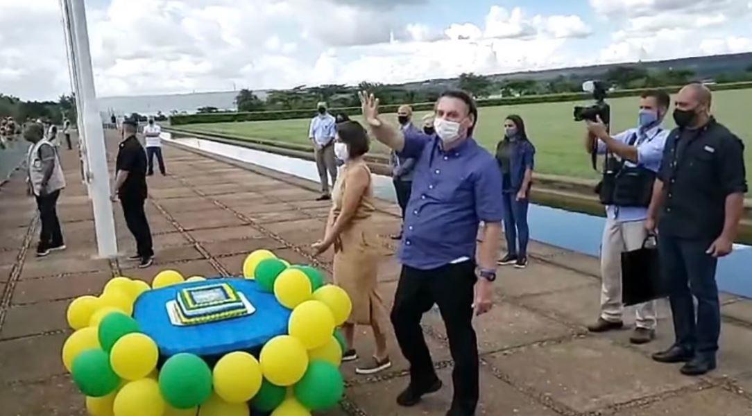 Bolsonaro celebra aniversário com aglomeração e ataque a governadores |  Congresso em Foco