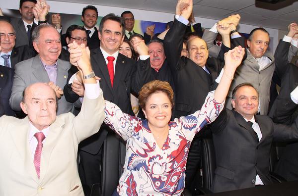 Reunião do Partido Progressista para dar apoio à então candidata Dilma Rousseff (PT), em junho de 2010. Ciro Nogueira está de pé, logo atrás da futura presidente [fotografo]Ciro Nogueira via Flickr[/fotografo]