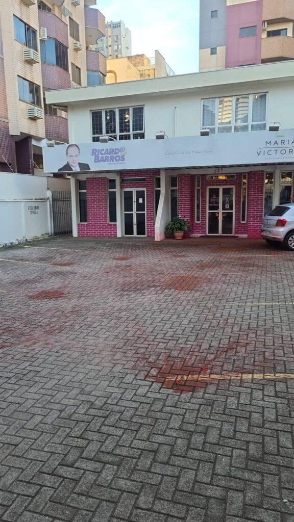 exigas com líquido vermelho foram arremessadas contra o prédio [fotografo] Leonardo Tasso [/fotografo]