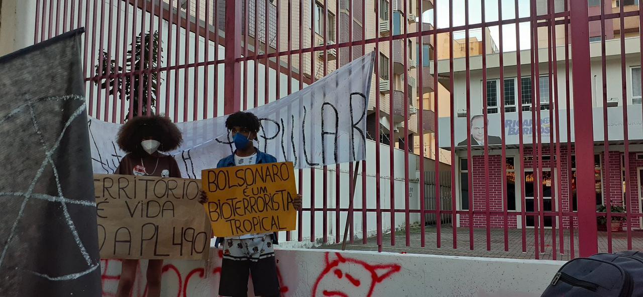 Manifestantes exibem cartazes em frente ao escritório de Barros [fotografo]Leonardo Tasso]